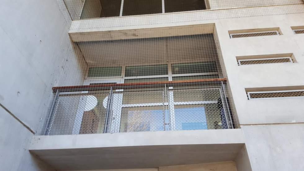 pose de filet anti pigeon sur balcon aix en provence. Black Bedroom Furniture Sets. Home Design Ideas