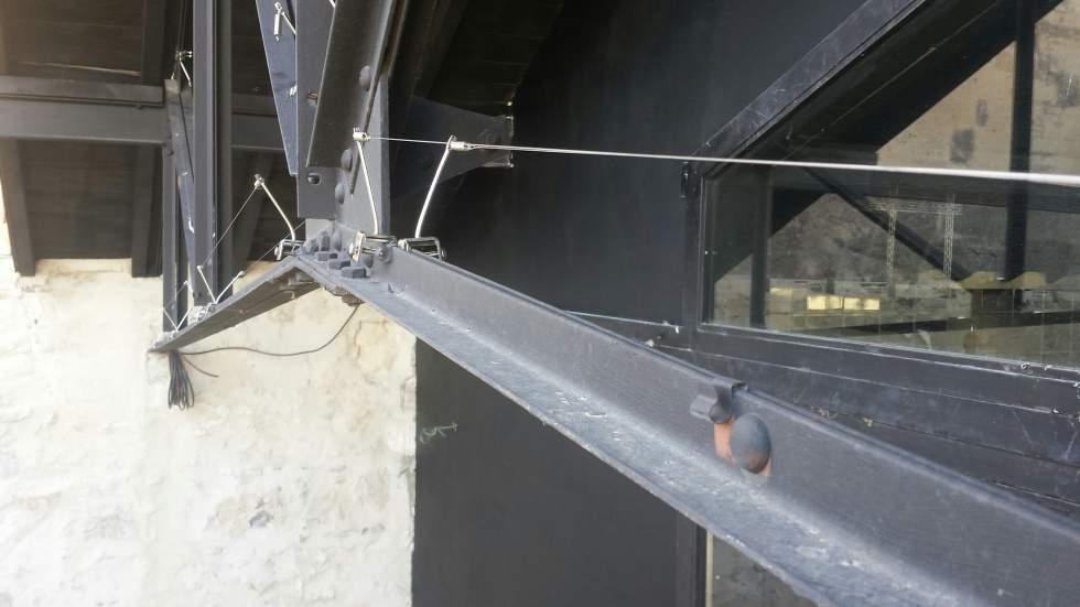 pose de fils anti pigeon sur structure m talliques arles. Black Bedroom Furniture Sets. Home Design Ideas